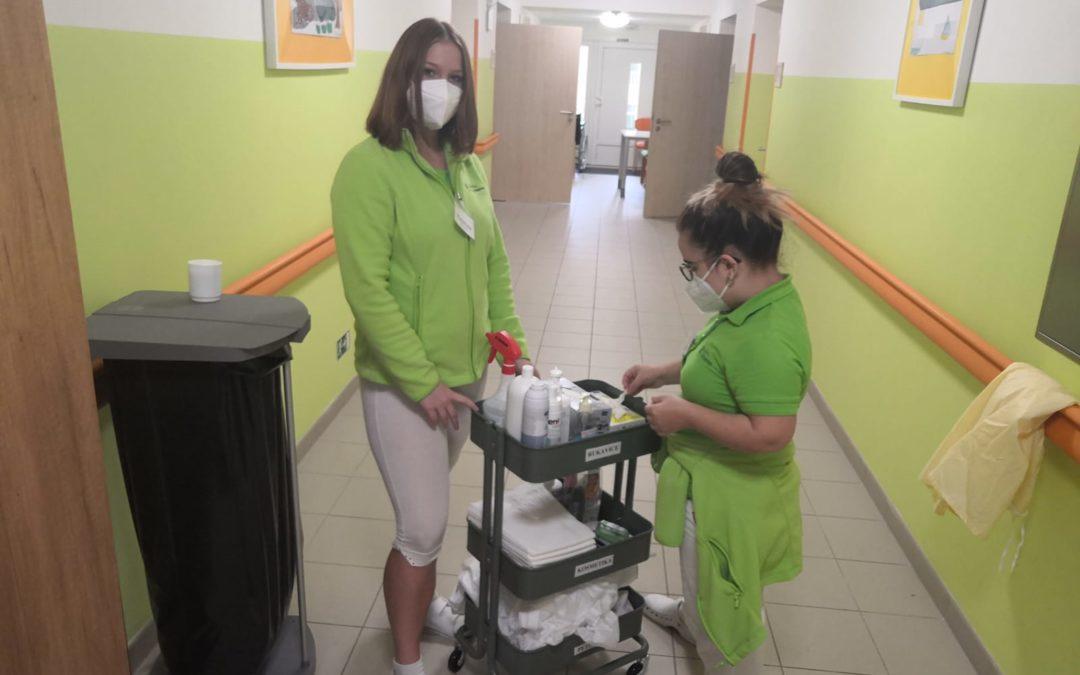 Dobrovolníci pomáhají v Domově Alzheimer v Mostě