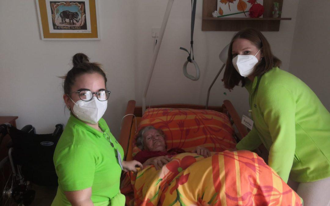 V domovech pro seniory v Mostě pomáhaly studentky střední zdravotnické školy